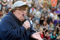 Známý kontroverzní režisér Michael Moore při vystoupení mezi demonstrujícími proti sociální nerovnosti.
