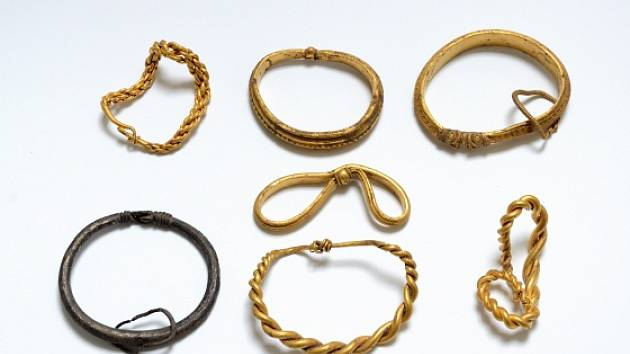 Šest zlatých a jeden stříbrný náramek z vikinského období objevila v Dánsku trojice amatérských archeologů.