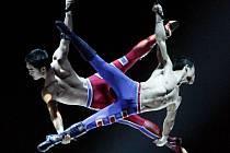 TANDEM. Artisté z Cirque du Soleil předvedli unikátní kvality na pódiu i ve výškách.