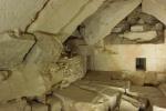 Pohled do podzemí pyramidy krále Džedkarea s chybějícími stěnami a drolícím se zdivem před započetím konsolidačních prací