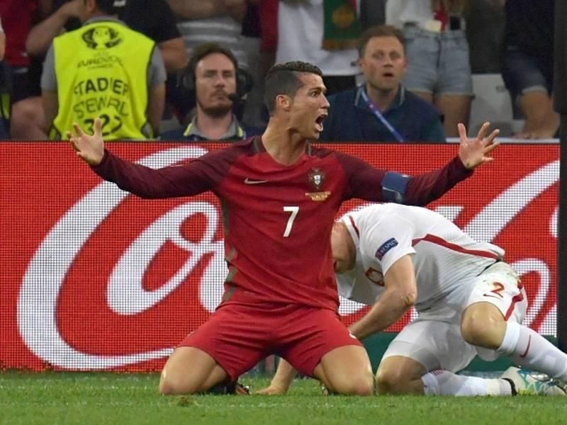 Kanonýr Portugalska Cristiano Ronaldo (vlevo) proti Polsku.