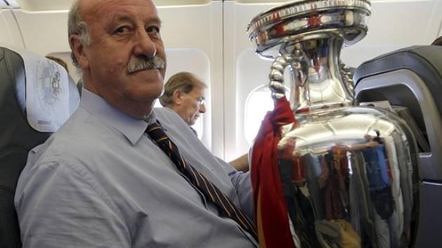 Trenér Španělska Vicente del Bosque s pohárem.