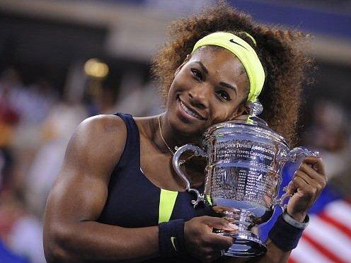 Serena Williamsová s trofejí pro vítězku US Open.