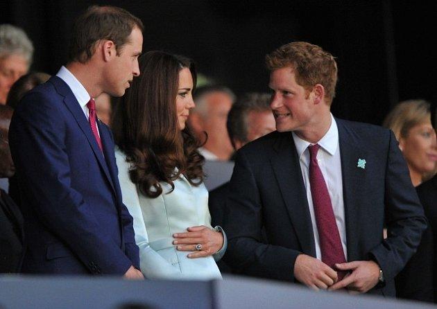 Princ William (vlevo) a Kate Middletonová