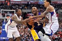 Legenda z Lakers Kobe Bryant se marně snaží prosadit přes urputnou obranu Clippers.