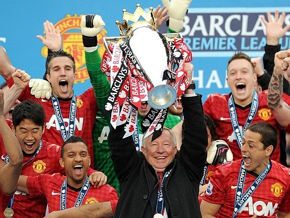 Sezona 2012/2013. Alex Ferguson s trofejí pro vítěze Premier League.