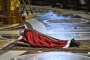 Papež František během mše u příležitosti Velkého pátku.