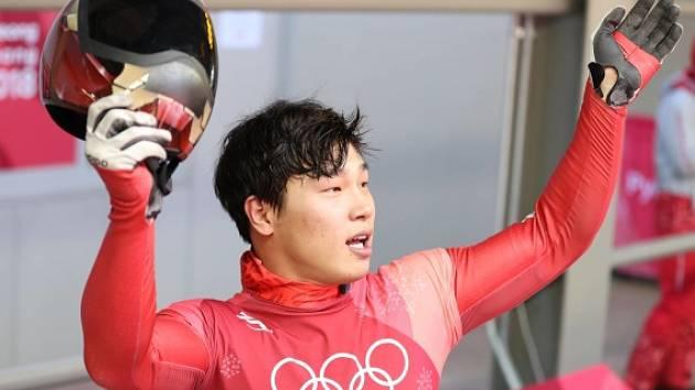 Jun Song-pin a jeho helma s vizáží Iron Mana.