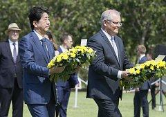 Japonský premiér Šinzó Abe a jeho australský protějšek  Scott Morrison pokládají věnce u památníku obětí japonského bombardování v australském Darwinu.