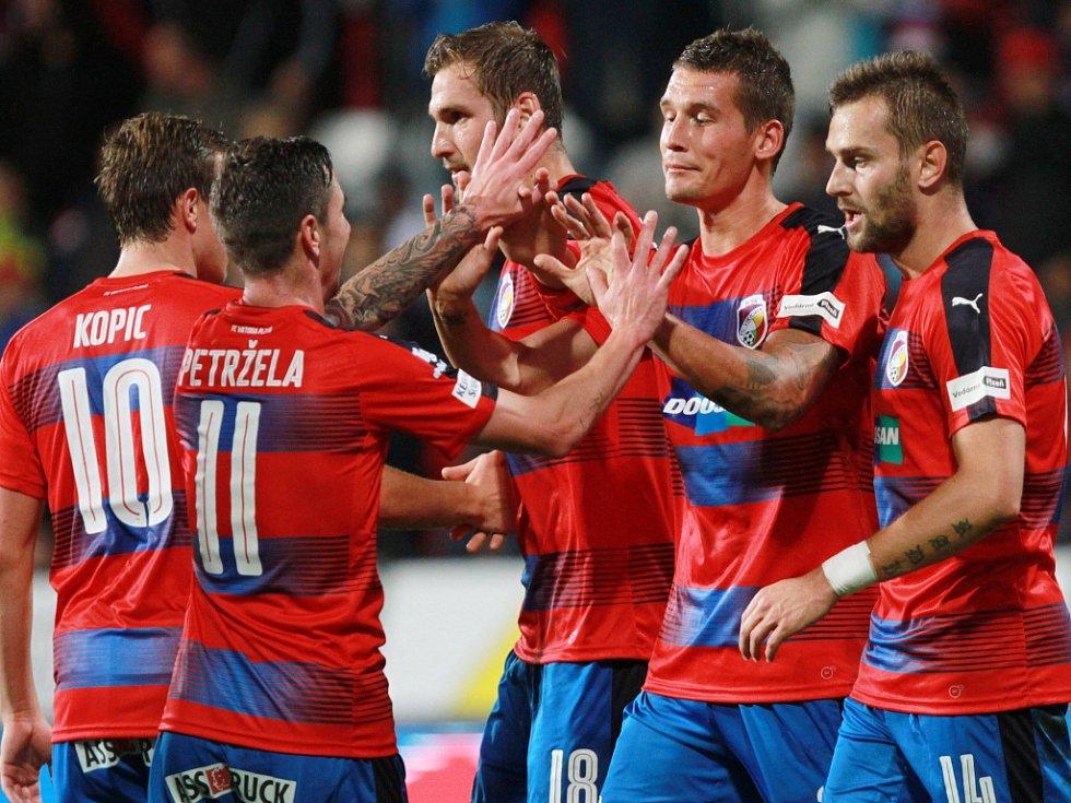 Fotbalisté Plzně se radují z gólu proti Hradci Králové.