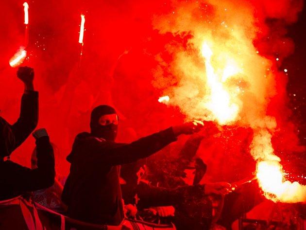Fanoušci fotbalistů Slavie v derby se Spartou.