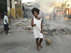 Na Haiti byli i po pěti dnech po ničivém zemětřesení nalezeny pod troskami živí lidé. V pondělí si sedm obětí vyžádalo také zemětřesení v Číně, další bylo zaznamenáno v Guatemale.