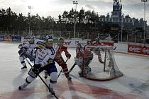 Hokejový zápas pod širým nebem mezi Pardubicemi a Brnem hraný ve Svítkově.
