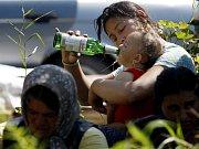 Zhruba 50 rumunských Romů, kteří od minulého týdne v Praze čekají na uzdravení svého příbuzného, přečkalo noc na 1. srpna v Husinci u Prahy. Soukromý pozemek jim tam nabídl k užívání jeho vlastník.
