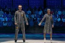 Spory v Rusku vyvolala bývalá olympijská šampionka v krasobruslení a manželka mluvčího ruského prezidenta Taťjana Navková, když v populární taneční soutěži vystoupila v pruhovaném šatu vězňů koncentračních táborů a s žlutou židovskou hvězdou.