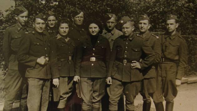 Josef Holec (první zprava)