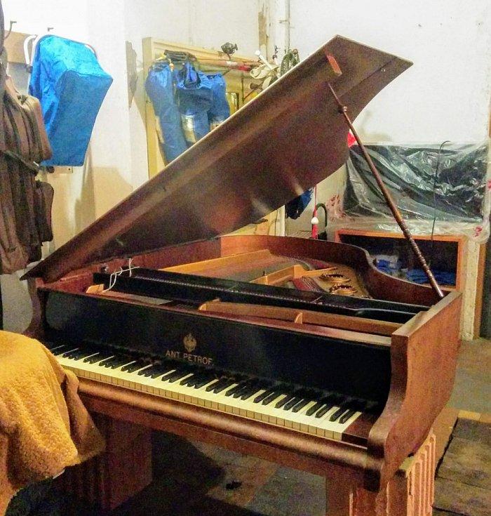 Vyřezávaný klavír pamatuje ještě císaře pána