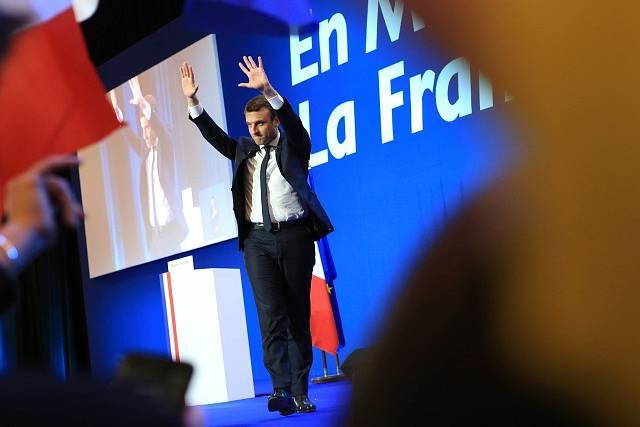 Emmanuel Macron oslavuje vítězství v prvním kole prezidentskcých voleb
