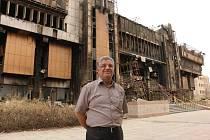 """NĚKDEJŠÍ CHLOUBA. """"Uvnitř bylo 250 tisíc knih a milion dalších svazků,"""" říká o bývalém fondu knihovny doktor Abdul Ameer, stojící před kompletně spálenou budovou."""