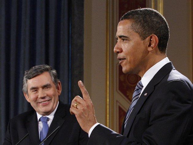 Barack Obama (vpravo) a Gordon Brown na společné tiskové konferenci.