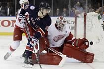 Gólman Jimmy Howard (Detroit Red Wings) zastavuje střelu Chrie Kreidera (New York Rangers').