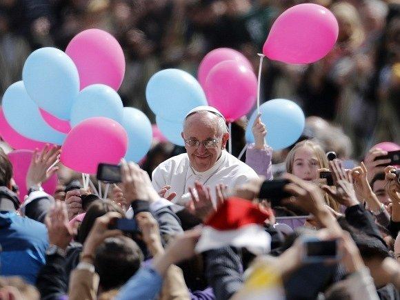 Papež František se během své první mše velikonoční mše pozdravil s věřícími.