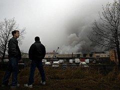 Téměř třicet jednotek hasičů zasahovalo v pražské Libuši. Snažili se zlikvidovat obrovský požár, který zachvátil tamní vietnamskou tržnici Sapa.