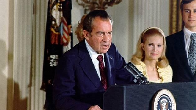 Richard Nixon rezignuje před televizními kamerami