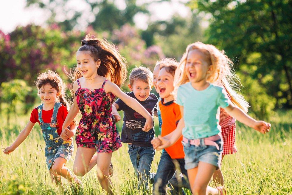 Kouzlu svobodné hry děti mnohem snáze propadají venku, kde mohou uniknout dohledu ustaraných rodičů.