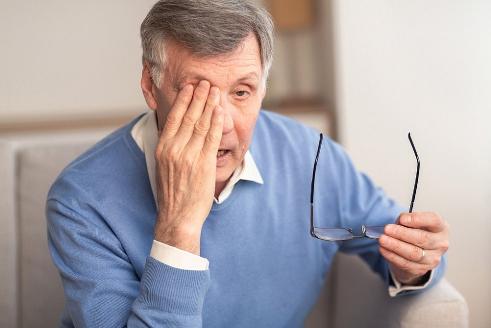 Většinou se šedý zákal objevuje u starších lidí. Tím, že se věk dožití zvyšuje, přibývá i lidí s tímto očním onemocněním.
