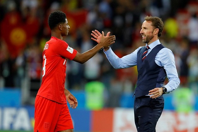 Trenér Gareth Southgate a útočník Marcus Rashford slaví postup do čtvrtfinále.