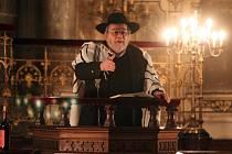 V plzeňské Velké synagoze včera sloužil bohoslužbu pražský rabín Karol Efraim Sidon. Kolem synagogy hlídkovali těžkooděnci. Ti se poté přesunuli na náměstí Republiky, do blízkosti katedrály Svatého Bartoloměje.