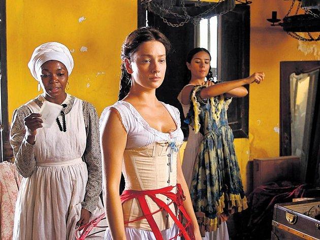 Útrpná podívaná. Fermina (Giovanna Mezzogiornová) se trápí, a divák trpí, když se na to musí dívat.
