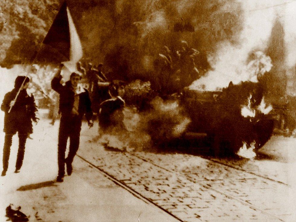 Výjev na obalu alba novozélandské skupiny The Dead C není autentickou fotografií. Plameny přidaly tamní noviny, frontman kapely pak upravený snímek věrně překreslil.