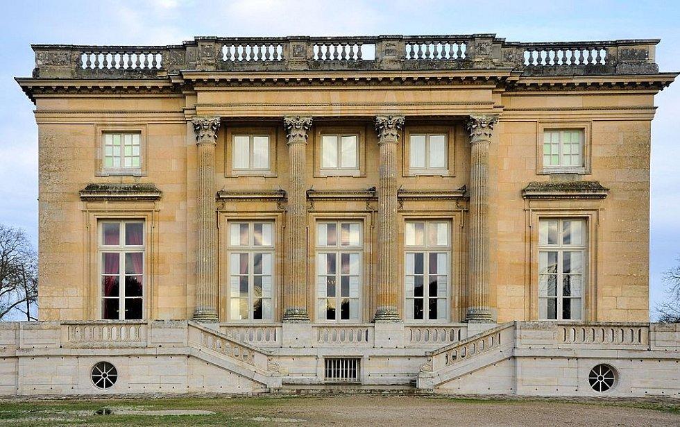 Pohled na zámeček Malý Trianon v areálu Versailles. Původně měla být stavba darem pro Madame du Pompadour, oblíbenou a vlivnou milenku Ludvíka XV.