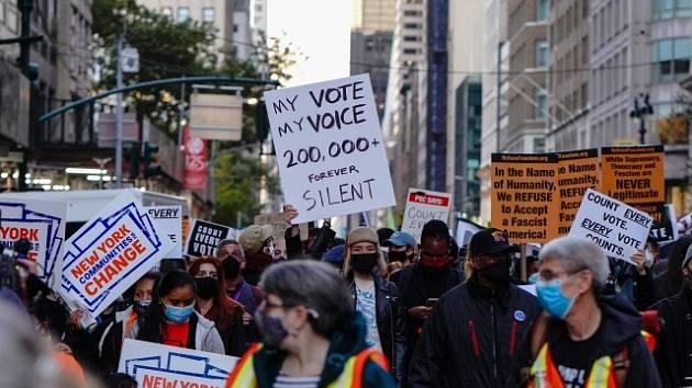 Lidé v New Yorku vyšli do ulic kvůli prezidentským volbám v USA.