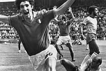 Italský fotbalista Paolo Rossi (vlevo) se raduje z druhého gólu, který vstřelil do brazilské sítě na mistrovství světa 5. července 1980.