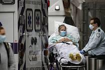 Zdravotníci transportují pacienta v New Yorku