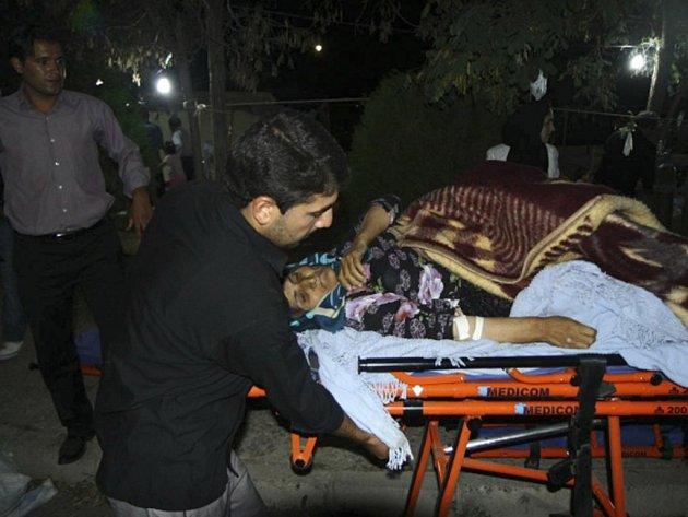 Zemětřesení v Íránu si vyžádalo mnoho životů i zraněných.