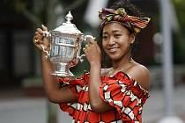 Japonská tenistka Naomi Ósakaová s trofejí za vítězství na turnaji US Open.