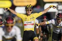 Slovinský cyklista Tadej Pogačar se raduje ze svého celkového vítězství na Tour de France.