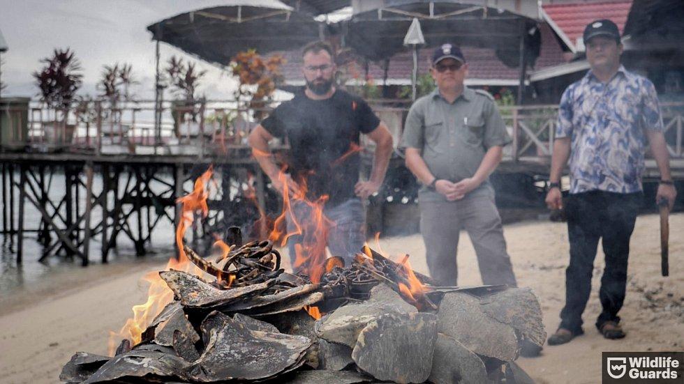 Tomáš Ouhel (WG) a Agus Tomomu (místoregent) pozorují hořící kontraband