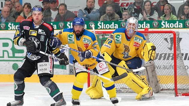 Gólman Ústí Salfický (vpravo) nestačil na dvě střely hokejistů Boleslavi.