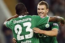 Eddin Džeko (vpravo) a Grafite oslavují Džekův gól do sítě Dortmundu. Wolfsburg vyhrál 3:0 a zůstává ve hře o německý titul.