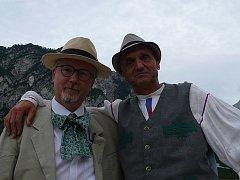 TVŮRCI. Žasnoucí architekt David Vávra (vpravo) a režisér Radovan Lipus jako Stanko Bloudek v Planici.