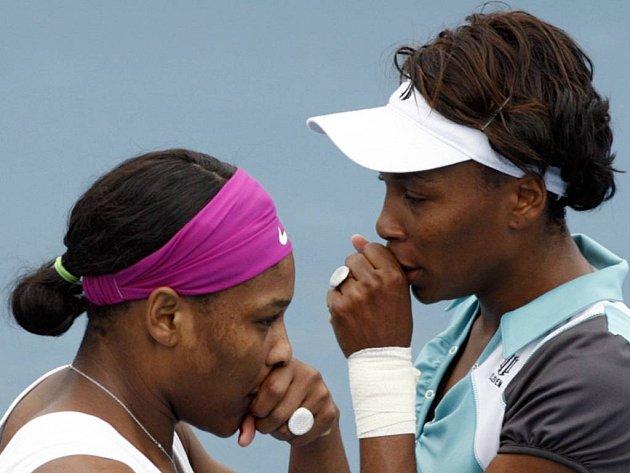 Sestry Williamsovy si špitají během utkání proti Slovince Srebotnikové a Japonce Sugiyamové.