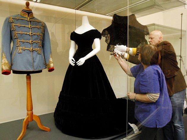 Originální tmavě modré sametové šaty, které patřily císařovně Alžbětě přezdívané Sissi, jsou od 11. prosince nainstalovány v Nové budově Národního muzea v Praze.