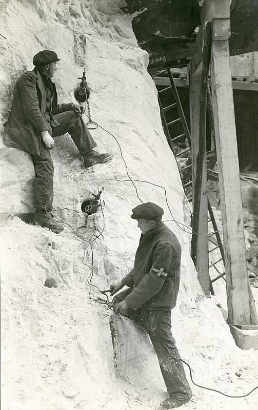 Vrtání a příprava odpalovacích otvorů v dusičnanovém hnojivu na bázi dusičnanu amonného v Oppau v roce 1921. Odstřel byl běžně používaným způsobem, jak materiál uvolnit