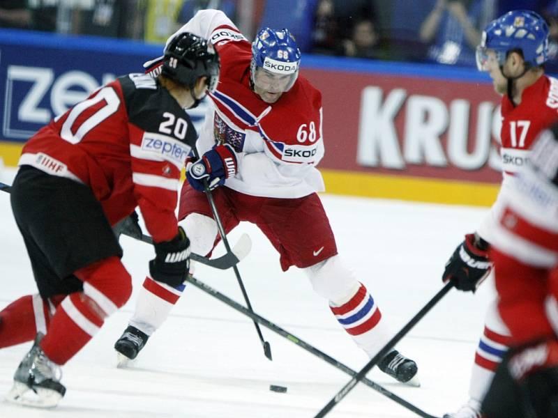 Jaromír Jágr (uprostřed) motá hlavy kanadským obráncům.