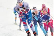V přímém souboji. Na loňském mistrovství republiky v Novém Městě na Moravě jedou v popředí závodu na deset kilometrů Petra Nováková (vlevo) a Kateřina Razýmová.